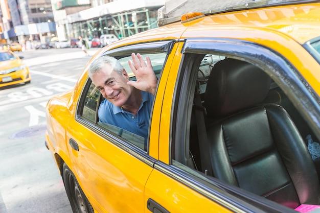 Старший мужчина, принимая такси в нью-йорке Premium Фотографии