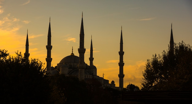 日の出バックライト、イスタンブールのブルーモスク Premium写真