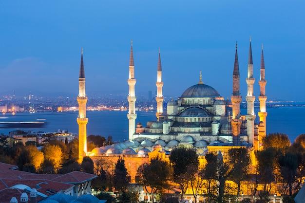 夜にイスタンブールのブルーモスクの空撮 Premium写真
