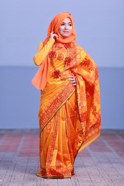 Красивая девушка улыбается с хиджабом Premium Фотографии