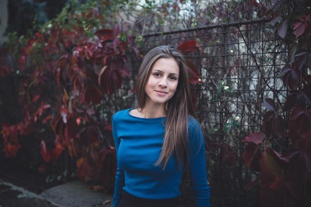Девушка в синей рубашке с длинным рукавом на улице. время осени. Premium Фотографии