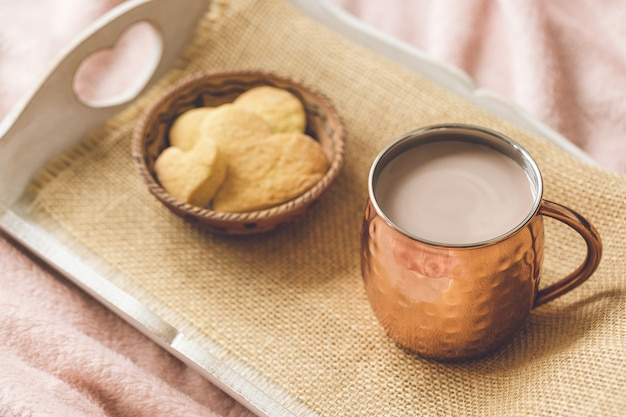 ココアとハートクッキー Premium写真