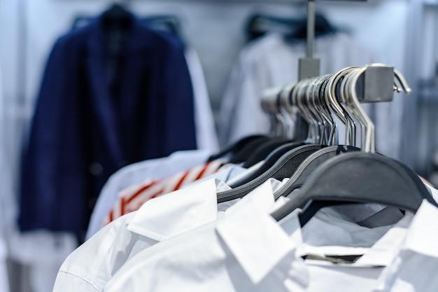 シャツが店内のラックに不用意にぶら下がっています。閉じる。 Premium写真