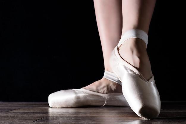 バレリーナを踊って、ポワントの足 Premium写真
