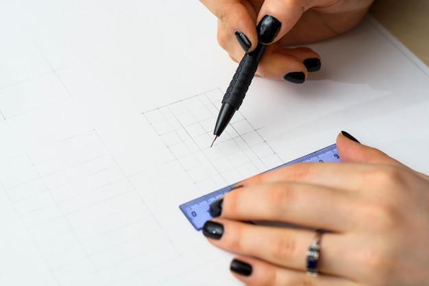 女子生徒は計画を準備しています。建築大学 Premium写真