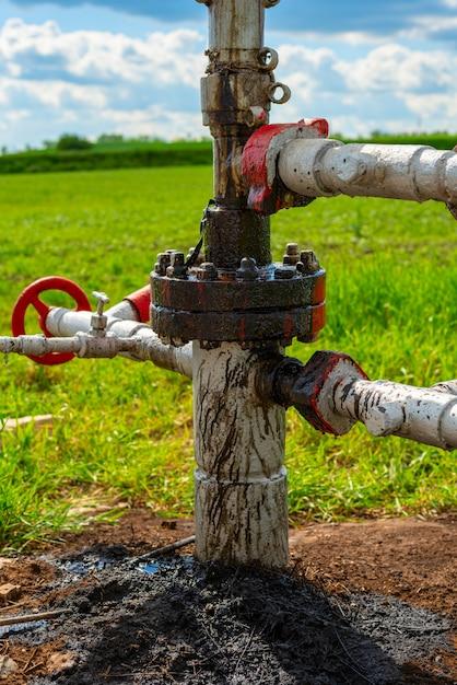 石油と天然ガスのポンプ場で原油が漏れています。土壌汚染、生態、環境被害 Premium写真
