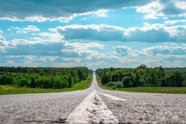Минималистичный пейзаж асфальтовой дороги в трещинах далекого горизонта Premium Фотографии