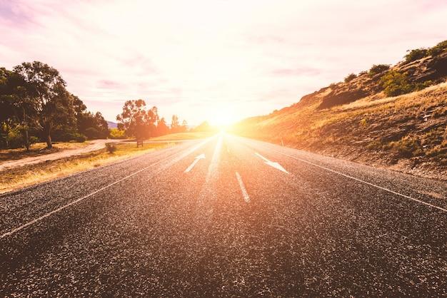 孤独な日当たりの良い道路 無料写真