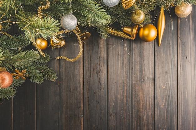 木製のボード上のクリスマスつまらないと松の枝 無料写真