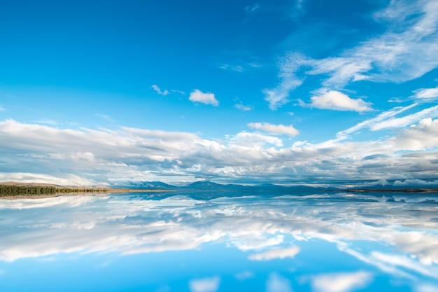 自然の空の湖畔穏やかな景色 無料写真