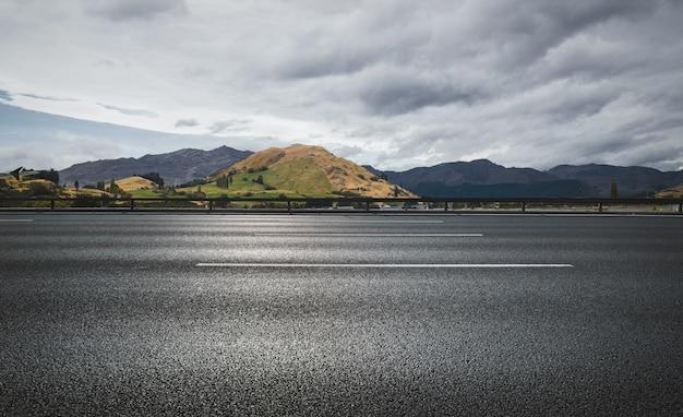Дорога, кундук и небо на фоне горы Бесплатные Фотографии