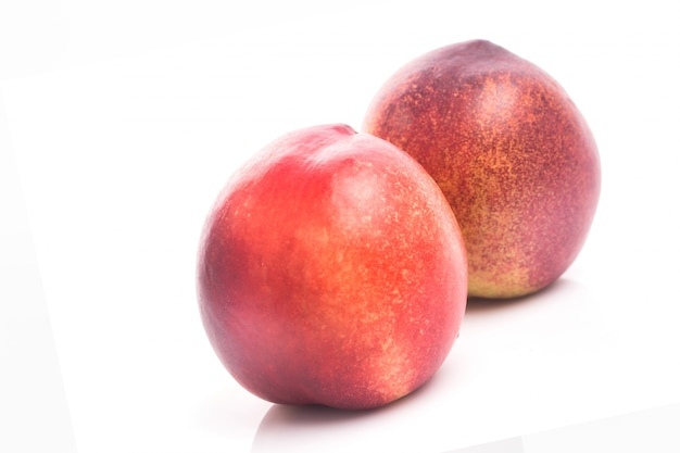 白い背景カットアウトで熟した桃の果物 無料写真