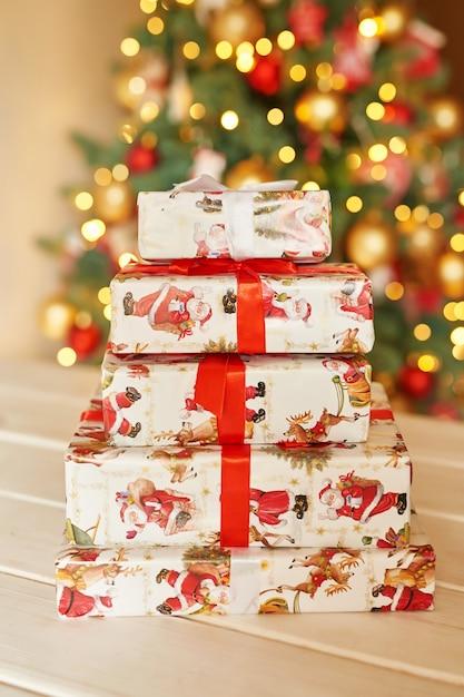 クリスマスツリーのボケの背景にクリスマスプレゼント Premium写真