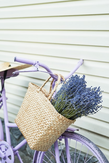 庭でラベンダーのバスケットを持つライラックバイク Premium写真