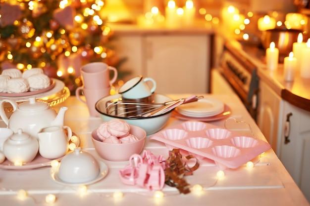 キッチンでのクリスマスの装飾。クリスマス料理とお菓子。新年のキッチンの明るいインテリア。 Premium写真