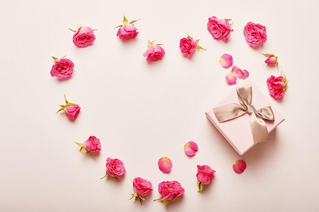 花とバレンタインの組成ピンクギフトボックス。 Premium写真