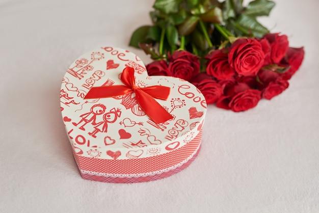 Подарочная коробка на день святого валентина и красные розы Premium Фотографии