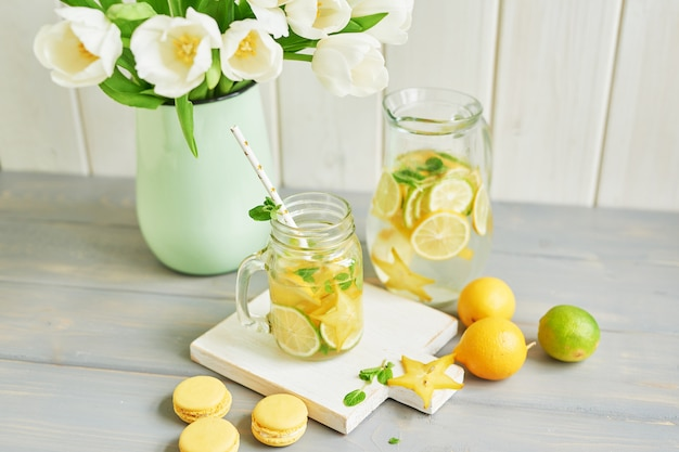 Лимонад, сладкие макаруны и тюльпаны Premium Фотографии