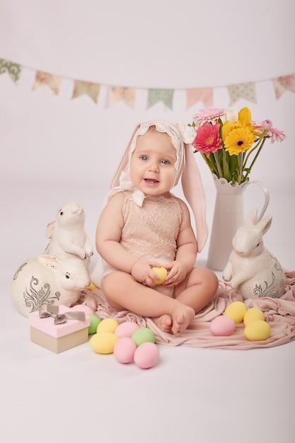 Милый малыш в пасхальной композиции Premium Фотографии