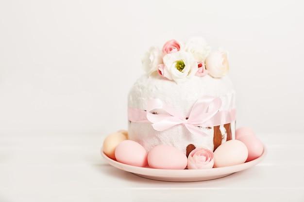 Пасхальный сладкий пирог с цветами и яйцами Premium Фотографии
