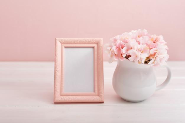 フォトフレームと花と花瓶 Premium写真