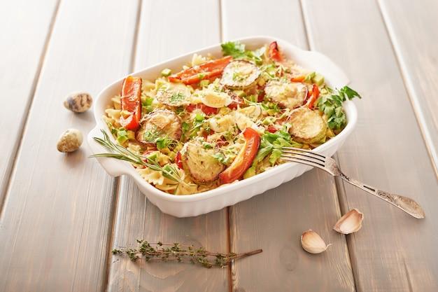 オーブンで焼いたパスタ弓と野菜のパスタ。 Premium写真