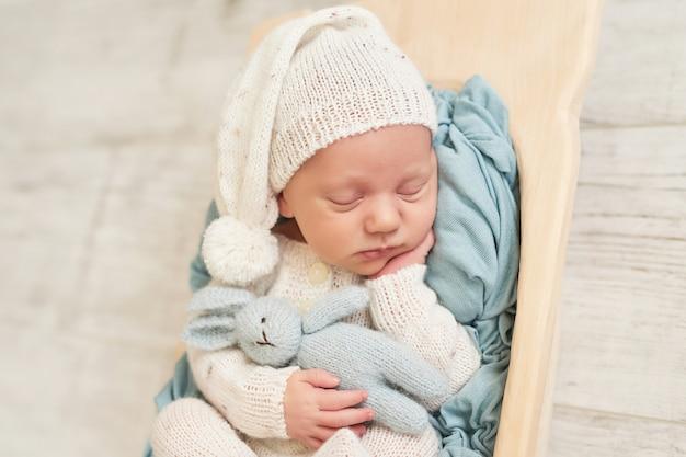 寝ている生まれたばかりの赤ちゃんの男の子 Premium写真