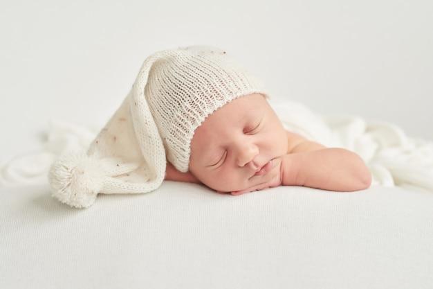 Спящий новорожденный мальчик Premium Фотографии