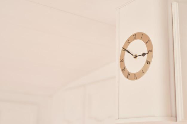 モーターホームの白い壁に時計します。 Premium写真