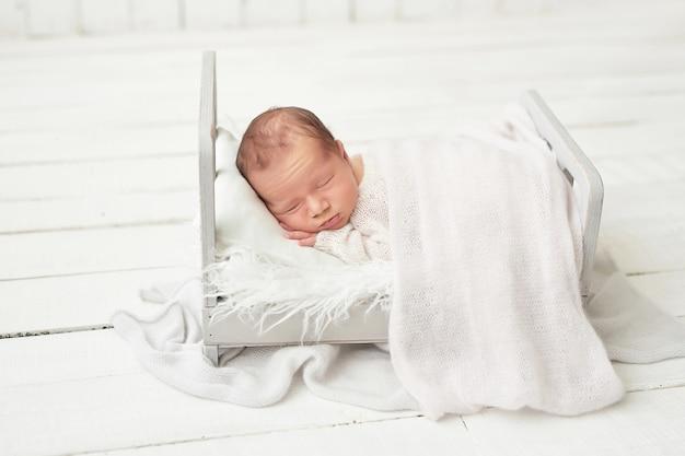 白の生まれたばかりの赤ちゃんの男の子 Premium写真