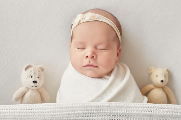 Новорожденная девочка на светлом фоне Premium Фотографии