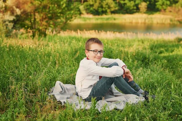フィールド上の刺繍でウクライナの子供男の子 Premium写真