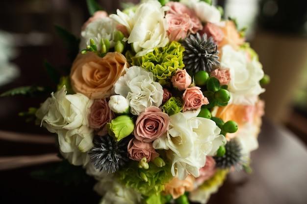 Красивый и красочный свадебный букет на деревянный стол Premium Фотографии