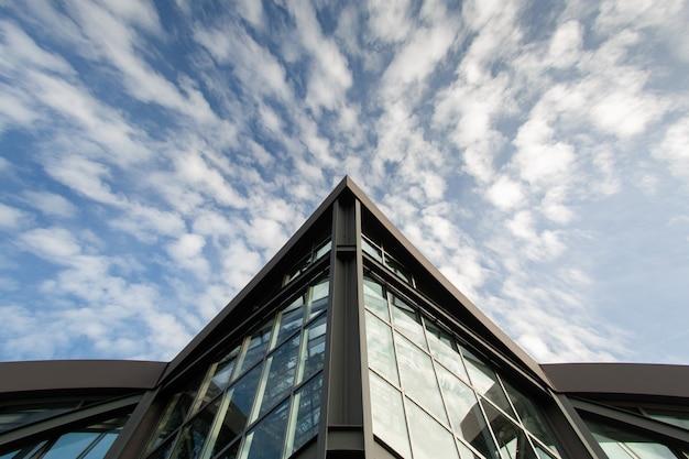 フランクフルトのモダンな建物の底面図。白い雲と空を背景に建物の鋭角。コピースペース Premium写真