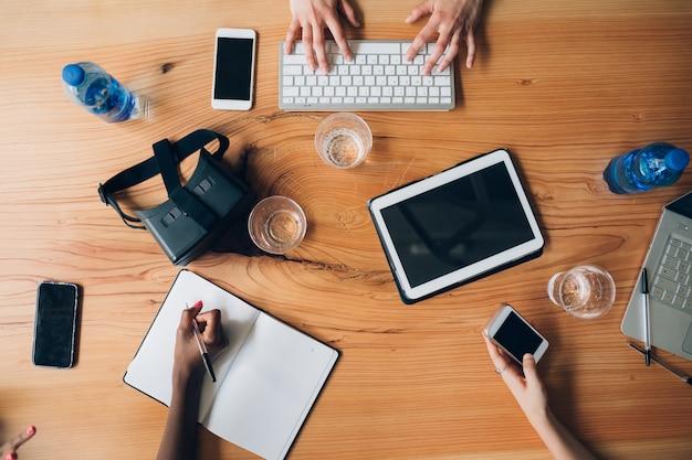 共同作業所のテーブルの上の技術作業ツール Premium写真