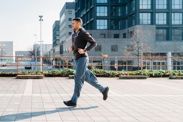 屋外トレーニングを実行している若い男 Premium写真