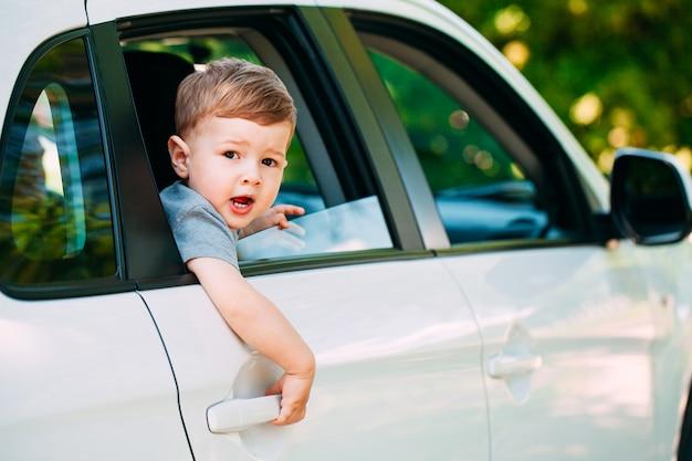 Прелестный малыш в машине Premium Фотографии
