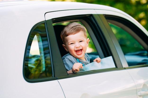 車の中でかわいい男の子 Premium写真