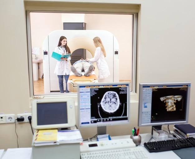Мрт машина и экраны с доктором и медсестрой Premium Фотографии