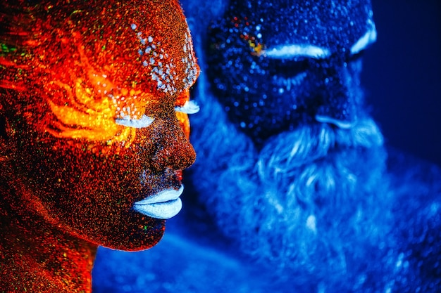 ひげを生やした男性と女性の肖像画は、紫外線粉末で描かれています。 Premium写真