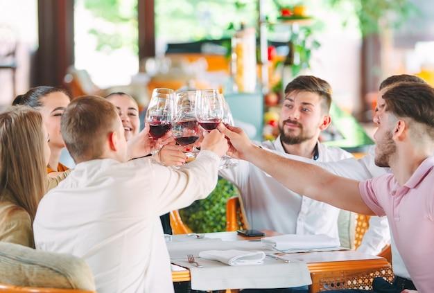 友人はレストランのテラスでワインを飲みます。 Premium写真