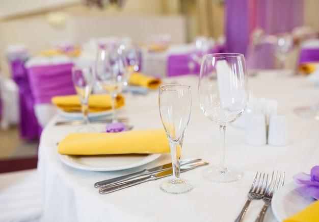 結婚式やその他のイベントディナーのテーブルセット Premium写真
