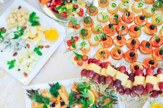 木の棒でパーティー前菜の背景 Premium写真
