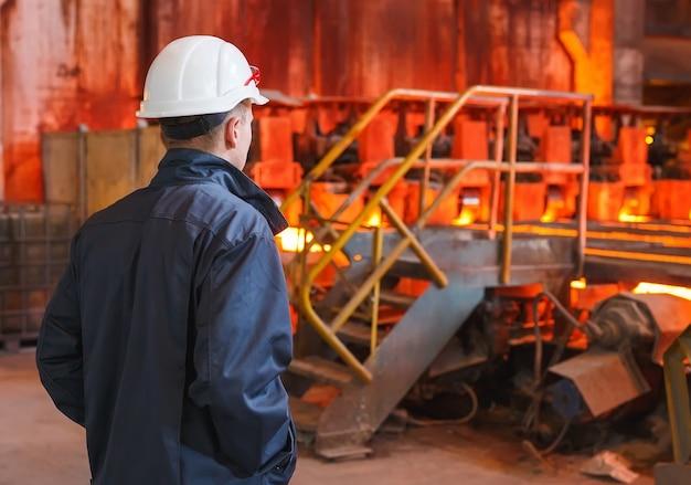 工場溶接のクローズアップで産業労働者 Premium写真