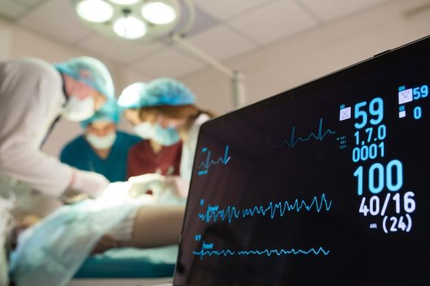 手術室の患者の心電図と飽和酸素のモニタリング。 Premium写真