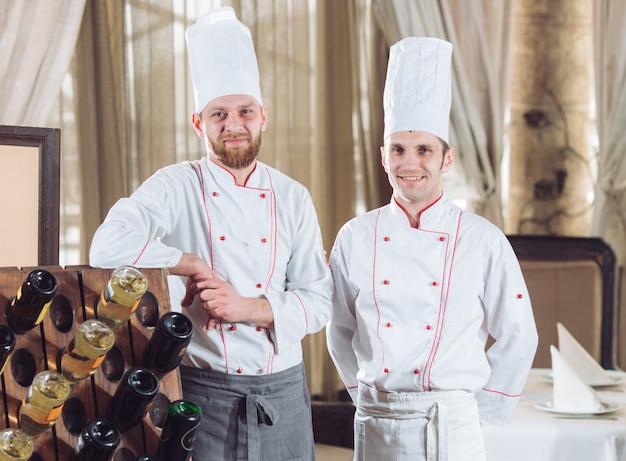 レストランで料理人の肖像画。 Premium写真