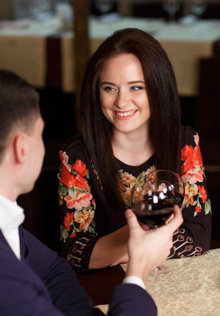 カップル乾杯ワイングラス Premium写真