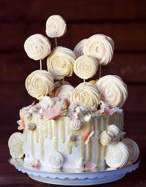 メレンゲのケーキ。 Premium写真