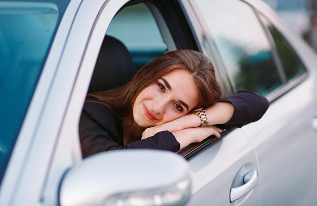車の中で女性 Premium写真