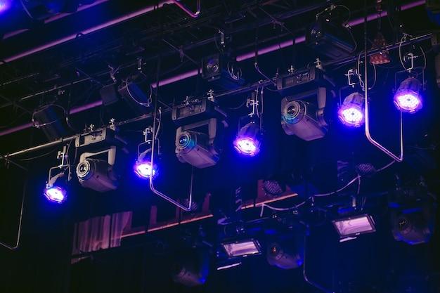 ステージ、コンサートライトライトランプ。 。講堂からの眺め Premium写真